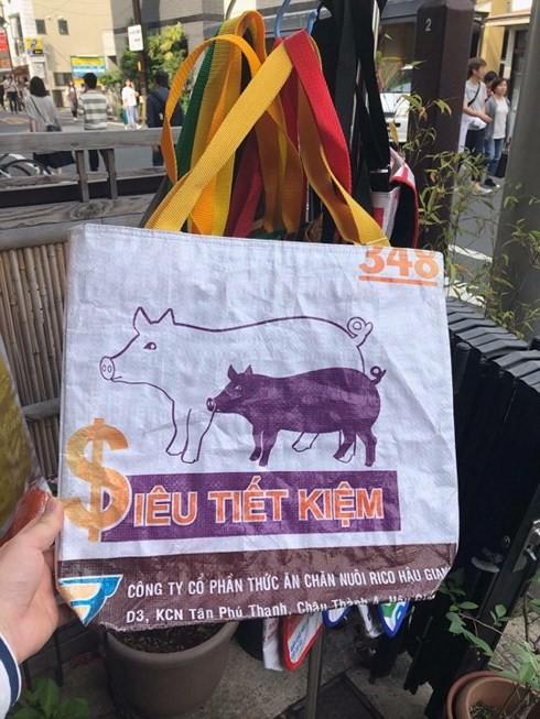 Túi xách từ vỏ bao cám heo, vịt của Việt Nam được yêu thích ở Nhật - Ảnh 1.