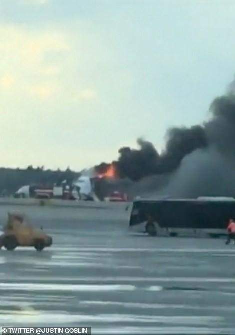 Hiện trường vụ cháy máy bay ở Nga, ít nhất 41 người thiệt mạng - Ảnh 15.