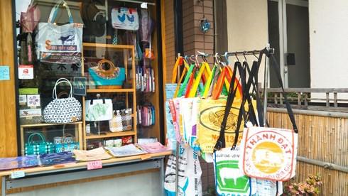 Túi xách từ vỏ bao cám heo, vịt của Việt Nam được yêu thích ở Nhật - Ảnh 6.