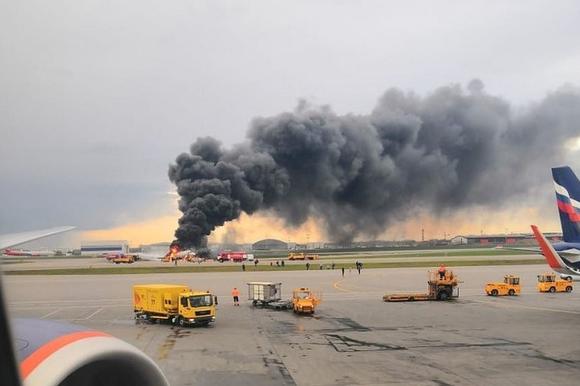 Chuyên gia Đức: Kỹ năng bậc thầy của phi công đã cứu sống hàng chục người trong vụ máy bay Nga bốc cháy - Ảnh 1.