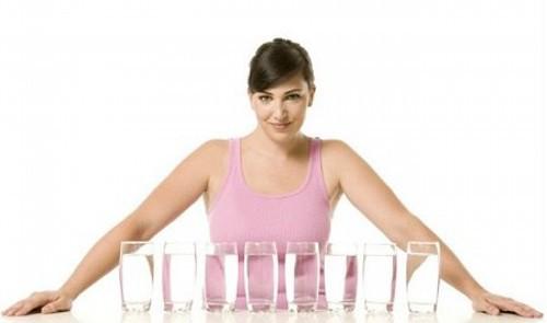 6 cách uống nước tưởng tốt hoá ra gây hại, quá nhiều người vẫn đang làm - Ảnh 2.
