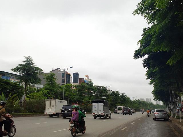 Thời tiết bất thường, người Hà Nội mặc áo phao giữa mùa hè - Ảnh 1.