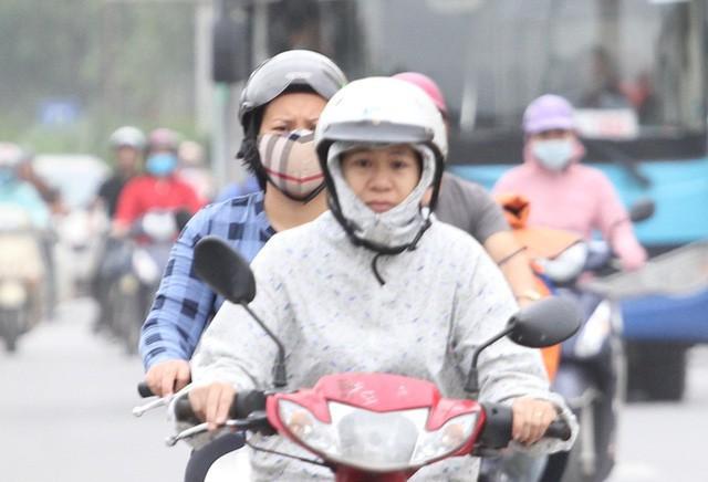 Thời tiết bất thường, người Hà Nội mặc áo phao giữa mùa hè - Ảnh 3.