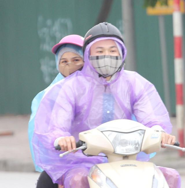 Thời tiết bất thường, người Hà Nội mặc áo phao giữa mùa hè - Ảnh 5.
