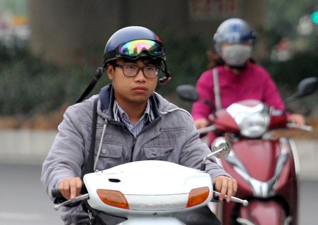 Thời tiết bất thường, người Hà Nội mặc áo phao giữa mùa hè - Ảnh 7.