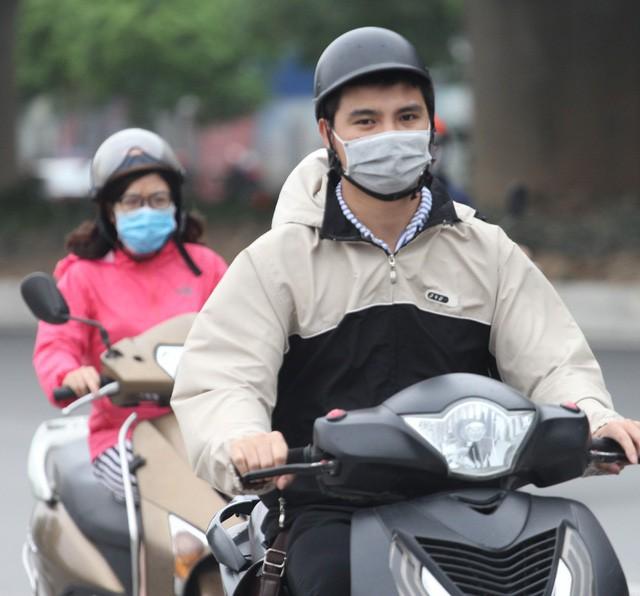 Thời tiết bất thường, người Hà Nội mặc áo phao giữa mùa hè - Ảnh 9.