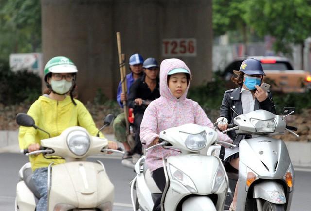 Thời tiết bất thường, người Hà Nội mặc áo phao giữa mùa hè - Ảnh 10.