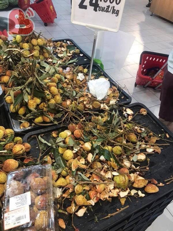 Khách Việt thản nhiên khui đồ ăn, phá nát hàng hóa trong siêu thị như ở chốn không người - Ảnh 2.