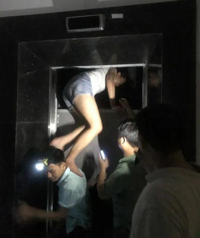 Hà Nội: Hãi hùng cảnh cạy cửa thang máy giải cứu nhiều người mắc kẹt bên trong - Ảnh 1.