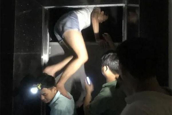 Giải cứu nhiều người mắc kẹt trong thang máy ở Hà Nội - Ảnh 1.