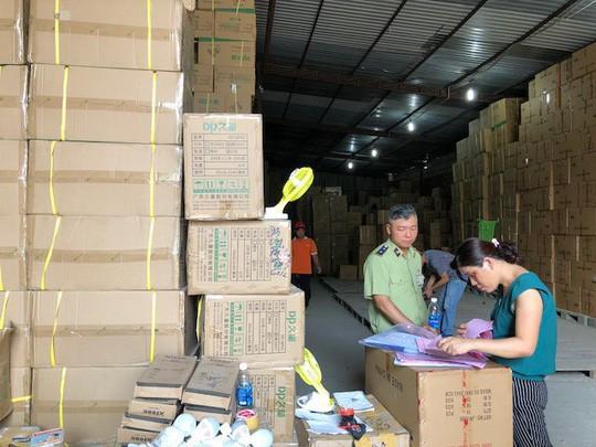 Đồng loạt kiểm tra 18 kho hàng tại TP HCM nghi chứa hàng lậu  - Ảnh 1.