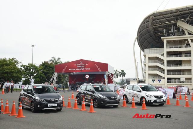 Tranh nhau lái thử VinFast Fadil: Có người đặt mua ngay sau khi trực tiếp cầm lái - Ảnh 1.
