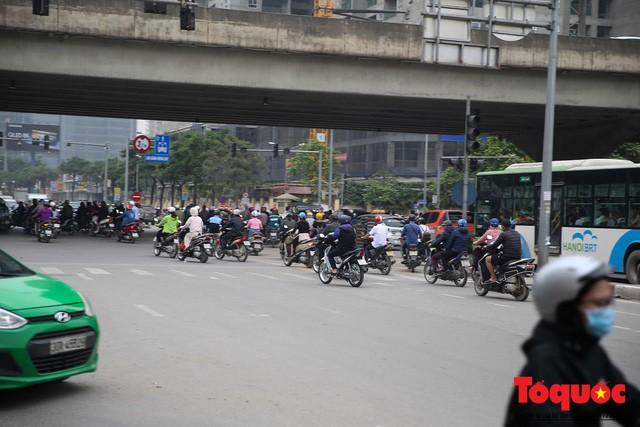 Hà Nội: Bất chấp nguy hiểm xe máy ngang nhiên đi ngược chiều tại đường Tố Hữu - Ảnh 2.