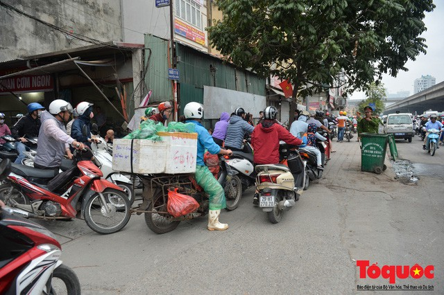 Hà Nội: Bất chấp nguy hiểm xe máy ngang nhiên đi ngược chiều tại đường Tố Hữu - Ảnh 6.