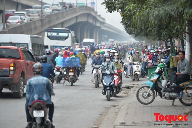 Hà Nội: Bất chấp nguy hiểm xe máy ngang nhiên đi ngược chiều tại đường Tố Hữu - Ảnh 7.