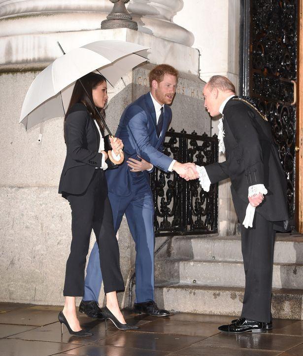 Sau vụ lùm xùm ngoại tình, Hoàng tử William hành động lãng mạn với Công nương Kate, so với nhà Meghan Markle vẫn khác nhau một trời một vực - Ảnh 4.