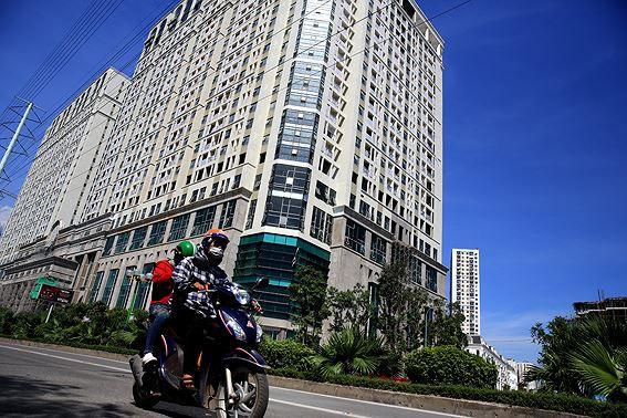 Người dân hãi hùng phơi nắng trên con đường nóng nhất Thủ đô - Ảnh 5.