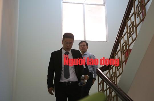 CLIP: Ông Nguyễn Hữu Linh rời tòa trong vòng vây ống kinh phóng viên  - Ảnh 4.