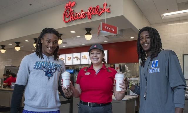 Bất chấp cả ngành đi lùi, một chuỗi fastfood đã tăng doanh số gấp 10 lần sau 10 năm, quy mô vươn từ hạng 7 lên hạng 3, được yêu thích nhất nước Mỹ - Ảnh 2.