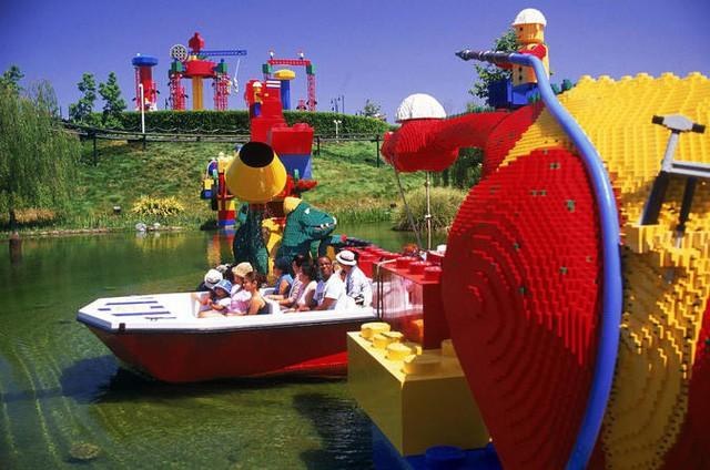 """Trải qua """"một cuộc bể dâu"""", thấy gì từ việc đế chế đồ chơi huyền thoại LEGO của gia tộc Kirk Kristiansen chi 6,1 tỷ USD cho thương vụ mua LEGOLAND? - Ảnh 1."""