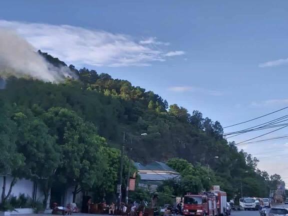 Cháy rừng lớn nhất ở Hà Tĩnh, chặn quốc lộ 1A, nghìn người dập lửa - Ảnh 8.