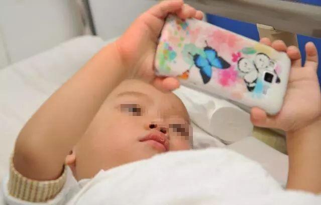 Con gái 2 tuổi rưỡi liên tục dụi mắt, gia đình đưa đi khám thì phát hiện bé cận 9 độ, thủ phạm quen thuộc với tất cả phụ huynh - Ảnh 1.