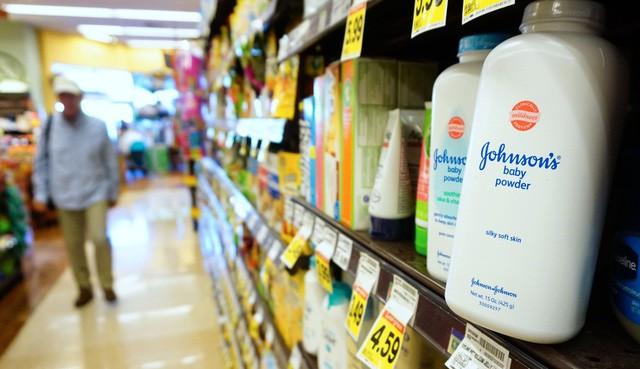 Johnson & Johnson: Từ thương hiệu trăm năm, ông tổ của băng gạc vô trùng đến bê bối phấn rôm chứa chất gây ung thư rúng động thế giới - Ảnh 4.