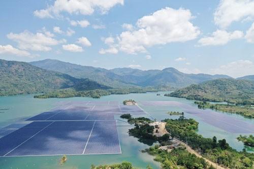 Vận hành thương mại điện mặt trời nổi trên hồ thủy điện Đa Mi - Ảnh 1.