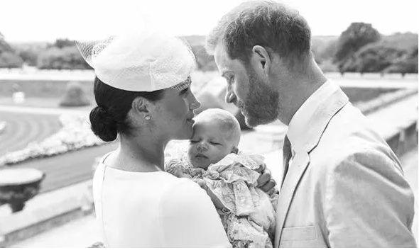 Lí do vợ chồng Hoàng tử Harry không tiết lộ cha mẹ đỡ đầu của Archie - Ảnh 1.
