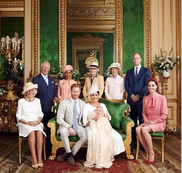 Lí do vợ chồng Hoàng tử Harry không tiết lộ cha mẹ đỡ đầu của Archie - Ảnh 2.