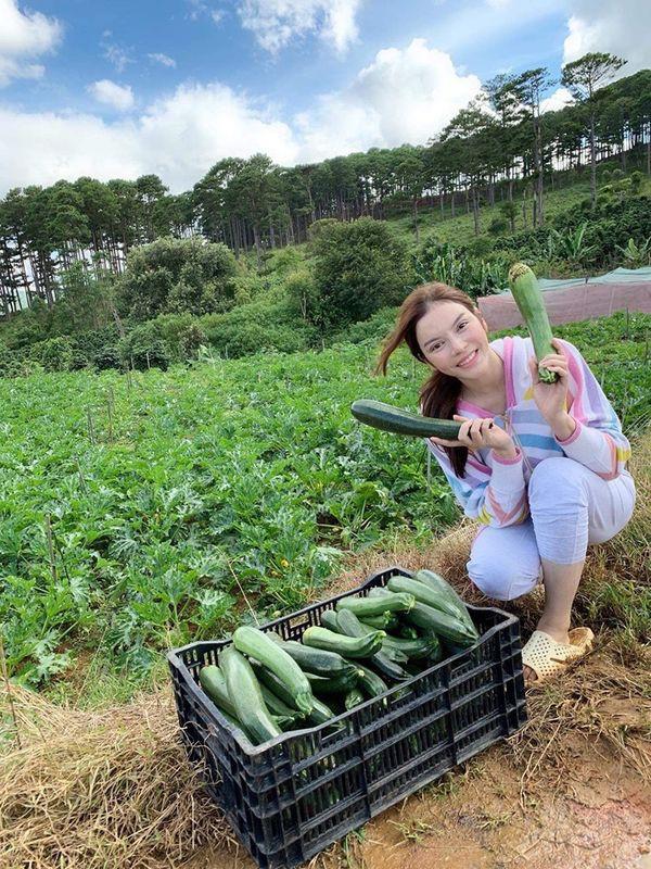 Đến người giàu như Lý Nhã Kỳ cũng chọn về quê trồng rau nuôi gà: Nữ diễn viên vô cùng hồ hởi trong những trang phục quê mùa, dép tổ ong - Ảnh 7.