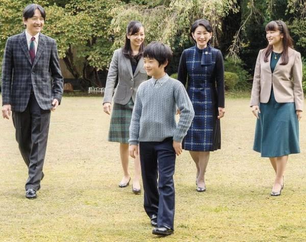 Gia đình Thái tử Nhật Bản đi du lịch: Chồng một mình bay trước, vợ và con trai bay chuyến sau vì lý do nghe xong ai cũng phản đối rầm rầm - Ảnh 2.