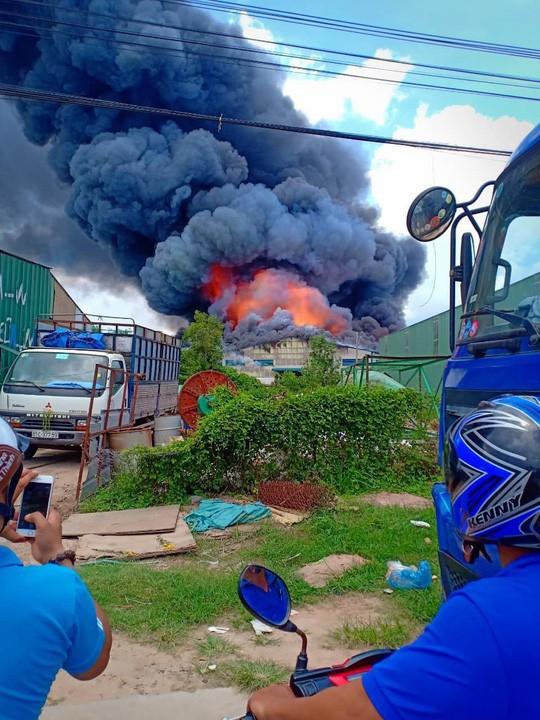Sau tiếng nổ lớn, khói bao trùm cả 1 vùng trời thị xã Tân Uyên  - Ảnh 1.