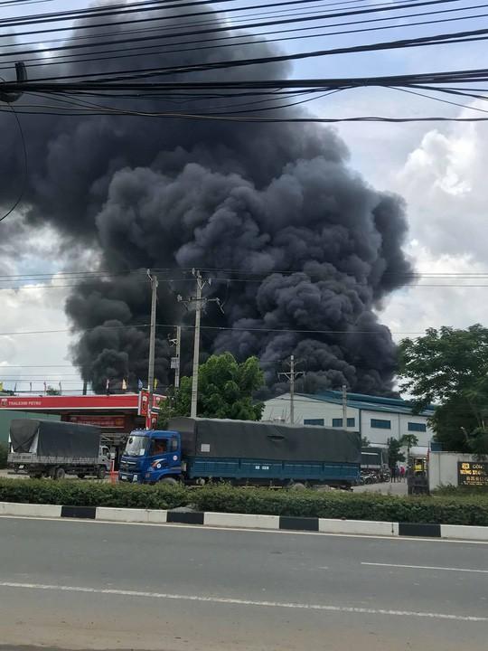 Sau tiếng nổ lớn, khói bao trùm cả 1 vùng trời thị xã Tân Uyên  - Ảnh 2.