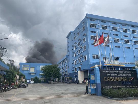 Sau tiếng nổ lớn, khói bao trùm cả 1 vùng trời thị xã Tân Uyên  - Ảnh 4.