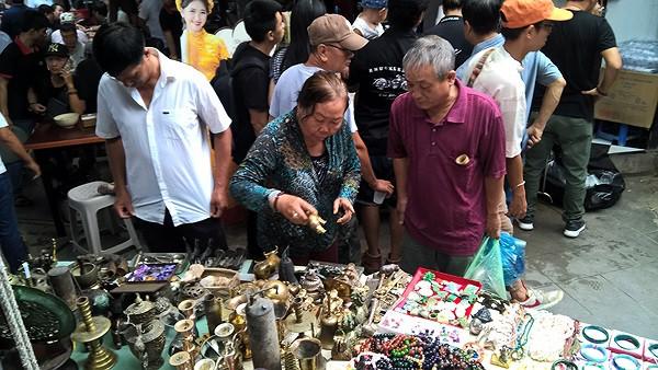 Dạo chợ đồ cổ độc nhất Sài Gòn mỗi tuần chỉ họp một phiên - Ảnh 2.