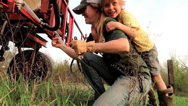 Nông dân triệu view ở Mỹ kiếm tiền từ Youtube nhiều hơn từ mùa màng - Ảnh 1.