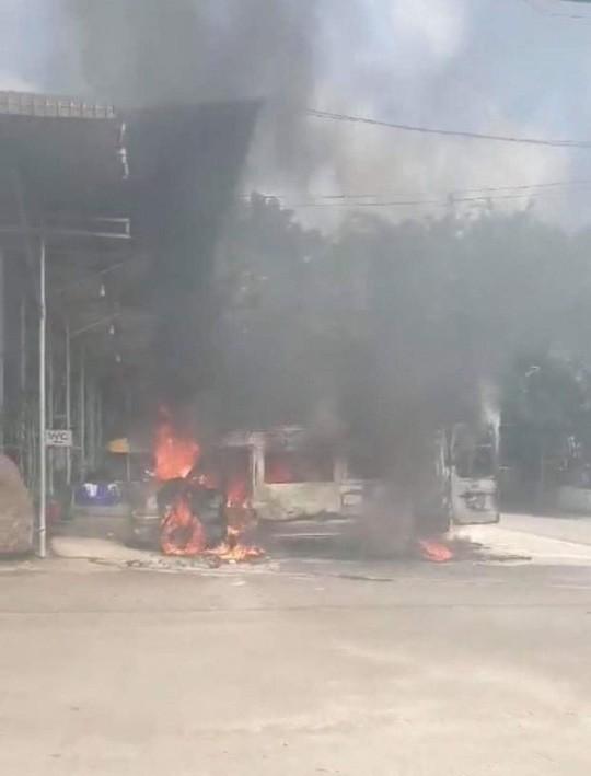 Xe khách 16 chỗ bốc cháy dữ dội ở Đồng Nai - Ảnh 1.