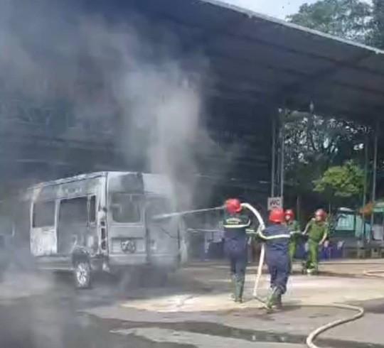 Xe khách 16 chỗ bốc cháy dữ dội ở Đồng Nai - Ảnh 2.