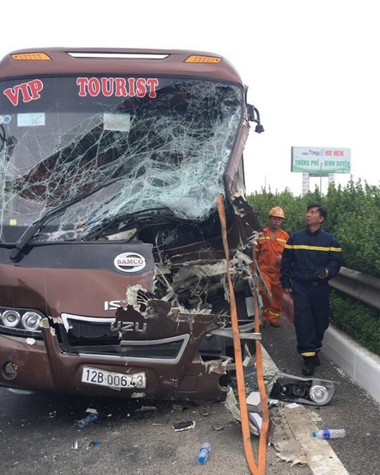 Xe khách tông nhau với xe quét rác trên cao tốc Pháp Vân-Cầu Giẽ, 10 người bị thương - Ảnh 1.