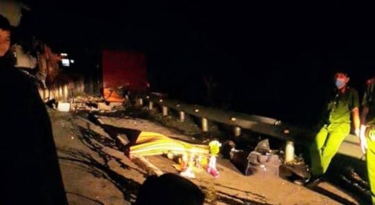 Lật xe trên đèo Mang Yang làm 1 người chết, Quốc lộ 19 tê liệt  - Ảnh 1.