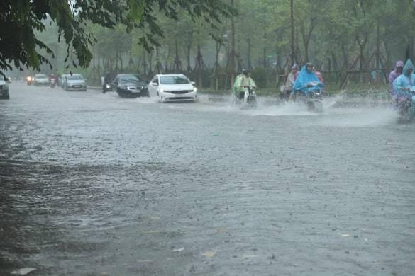 Hà Nội vừa mưa to, nhiều tuyến đường ngập sâu - Ảnh 2.