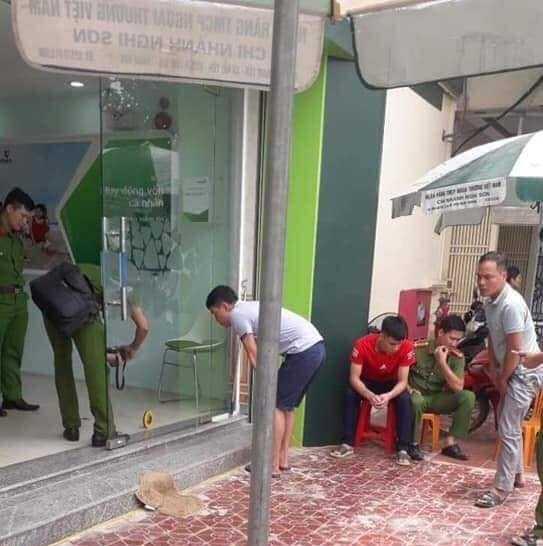 Nóng: Truy bắt kẻ bịt mặt, nổ súng cướp ngân hàng ở Thanh Hóa - Ảnh 2.