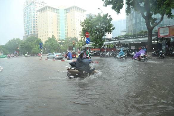 Hà Nội vừa mưa to, nhiều tuyến đường ngập sâu - Ảnh 3.