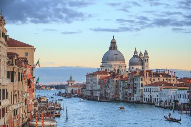 Chắc chỉ có Venice (Ý) mới có những điều luật lạ lùng như này, đến cả việc du khách… ngồi cũng cấm đoán - Ảnh 6.