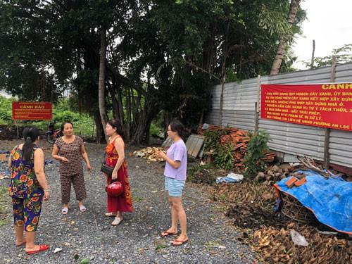 Nhóm khách hàng bị lừa sau khi mua lô đất kế chung cư Lý Chiêu Hoàng, đường Lâm Hoành, phường An Lạc, quận Bình Tân, TP HCM Ảnh: LÊ PHONG