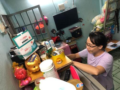 Chị Phạm Thị Kim Trang vừa phải tiếp tục sống trong nhà trọ vừa phải đối mặt với khoản nợ hơn 500 triệu đồng Ảnh: LÊ PHONG