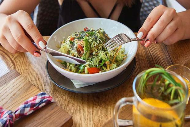 Những kiểu ăn uống quen thuộc đang ngầm phá hủy gan của bạn, thậm chí còn là nguyên nhân dẫn tới ung thư gan - Ảnh 3.