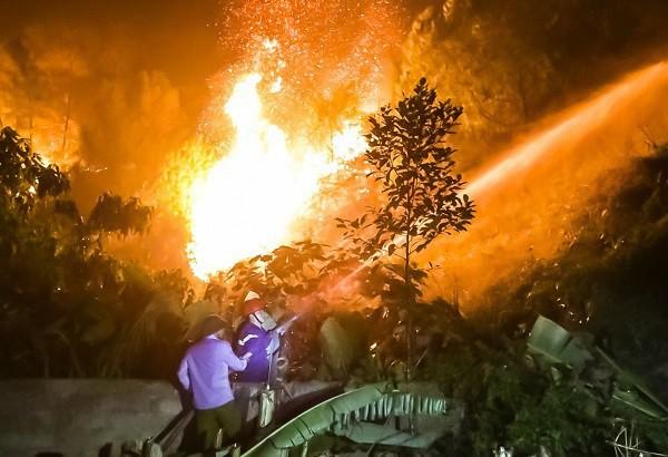 Toàn cảnh vụ cháy rừng thông ở Hà Tĩnh, lực lượng chức năng trắng đêm canh rừng - Ảnh 6.