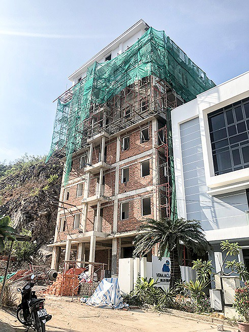 Cắt ngọn hàng chục biệt thự xây trái phép ở Nha Trang - Ảnh 2.